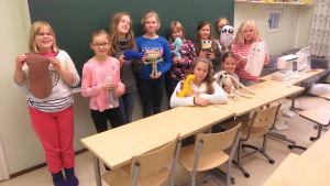 Handarbetarna i klass 5 och 6 i Sannäs skola i Borgå.