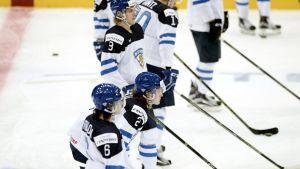 Finlands U20-landslag i ishockey före matchen mot Ryssland, 28.12.2015.