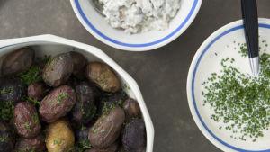 Ugnsbakade potatisar med löjrom, majonnäs och svampröra.