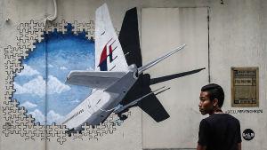 En väggteckning i Shah Alam i Malaysia drygt två år efter att MH370 försvann spårlöst i Indiska oceanen
