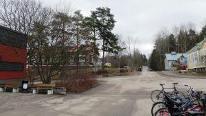 Alva Forsius grundade mödrahemmet Solhem till höger på bilden och barnabördssjukhuset, det nuvarande vandrarhemmet, invid Borgå simhall.
