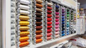 Symaskinstrådar av silke i alla regnbågens färger