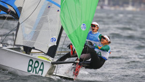Martine Grael och Kahena Kunze jublar efter segern i OS i 49er FX-klassen.
