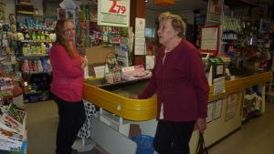 Köpman Ragna-Lise Karlsson pratar med kunden Svanhild Aaltonen.