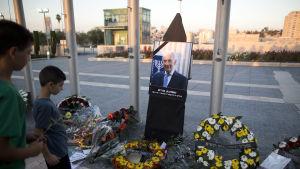 Över 30 000 israeler tog farväl av Shimon Peres på torsdag. Allmäönheten kan följa med begravnings ceremonin via Tv&radio samt storbildsskärmar utanför begravningsplatsen på Hertzlberget i Jerusalem