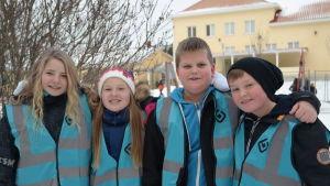 Rastlekledarna Matilda Guseff, Zafina Käld, Emil Sjöstrand och Elias Åhlberg på gården vid Amosparkens skola i Kimito