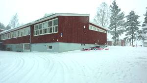 Snön faller vit över Degerby skola i Ingå.