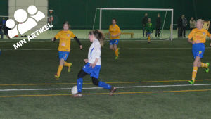 Fotbollstjejer spelar fotboll