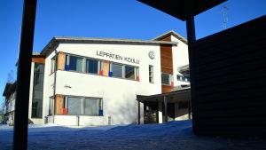 Skolgård i solsken och snö.