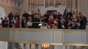 Kammarkören Bel Canto i Jakobstad övar i Pedersöre kyrka under ledning av Dan Lönnqvist