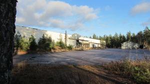 Långsmal ljus industrihall i metall.