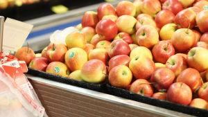 Gulröda äpplen i en matbutik.
