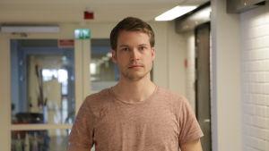 Porträtt på Robin Juslin som är jaktförvaltare vid Ålands landskapsregering. Robin har på sig en ljusbrun, kortärmad t-skjorta.