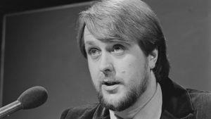 Heikki Harma juontaa Suomen euroviisukarsintoja vuonna 1980.