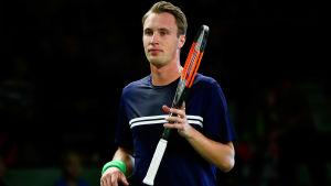 Henri Kontinen med en racket i handen.