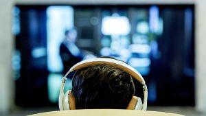 En deltagande i världrekordsförsöket i oavbrutet tv-tittande. Bild från Amsterdams centralstation 12 maj 2014.