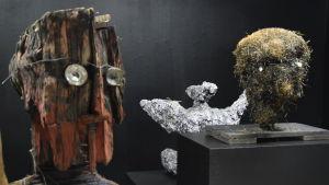 en grupp med skulpturer på galleri