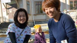 De japanska förskollärarna Emi och Mieko.