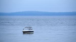 Båt guppar på stillsamt hav