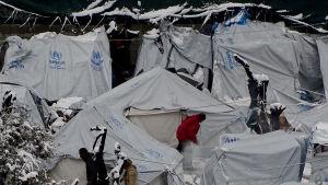 Snötäckta tält i flyktinglägret Moria, på den grekiska ön Lesbos 7.1.2017