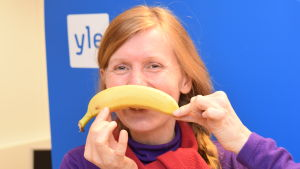 Tiina Grönroos poserar med en banan.