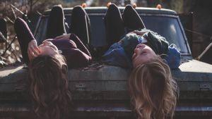 Två tonårsflickor