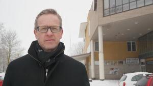 Pargas stadsdirektör Patrik Nygrén framför stadshuset i Pargas