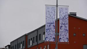 Flaggor uppsatta vid Konstfabriken