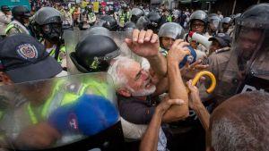 """""""Respektera de äldre, era jävlar!"""" ropade den här mannen som knuffades runt av venezuelansk kravallpolis 12.5.2017"""