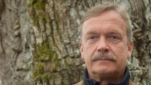 En man med mustasch. Han heter Torbjörn Ekholm.