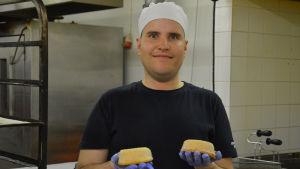 Nicklas Smedman har jobbat på Andreas Knips hembageri i Kvevlax i snart nio år.