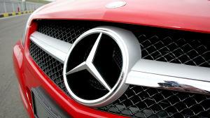 Logotypen för bilmärket Mercedes Benz.