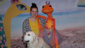 Erica Ås med dockan Aura och hunden Kulta Noutavainen