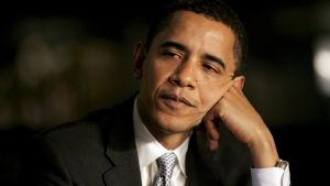 En inte ännu gråhårig Barack Obama som lutar sin kind mot handen. Bilden tagen 2008.