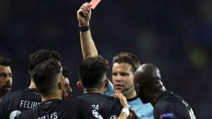 Alex Telles fick rött kort mot Juventus.