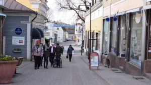 En bild av gågatan i Ekenäs. Många människor går på gatan.