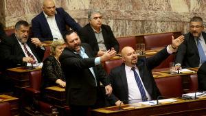 Gyllene grynings ledamöter Yannis Lagos och Ilias Panagiotaros under en debatt i det grekiska parlamentet.