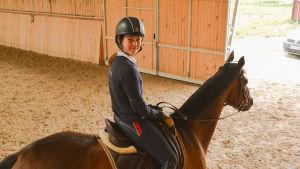 Ronja Lönegren-Soiramo och hästen Sabrina.