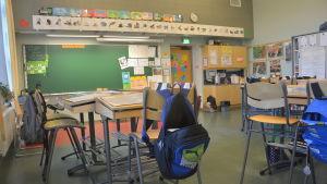 Pulpeter i ett klassrum i Billnäs skola.