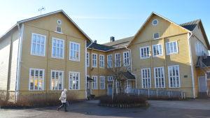 Byggnaden Trä-Anttila i Lojo fotat från innergården.