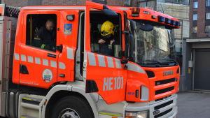 Brandmän sitter i en brandbil utanför Yle i Böle.