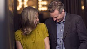 Sonja Kailassaari och mårten svartström skrattar