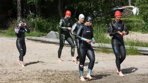 Dags att testa simning i våtdräkt för Mitt triathlon gänget med ledning av Markus Holmlund