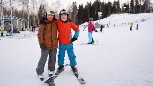 Två glada borgåpojkar i slalombacken.