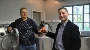 Anders Bäckman är Svartå bryggeris bryggare och Daniel Kawecki (t.h.) är vd.