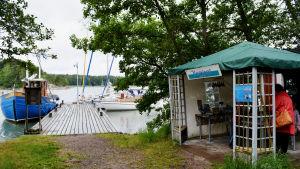 Pro Seili-Själö har en kiosk intill den lilla gästhamnen på Själö.