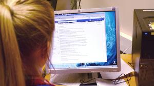 Kvinna surfar på nätet