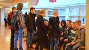Ungdomar i Oxhamns skola i Jakobstad.