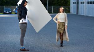 Johannes Björkqvist kontrollerar att ljuset är bra för Ivonne Ruiz Olate