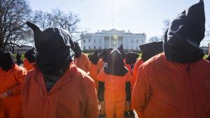 Demonstranter kräver stängning av Guantánamolägret utanför Vita Huset i januari 2016